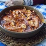 Cazuela de pulpo y langostinos con salsa de tomate
