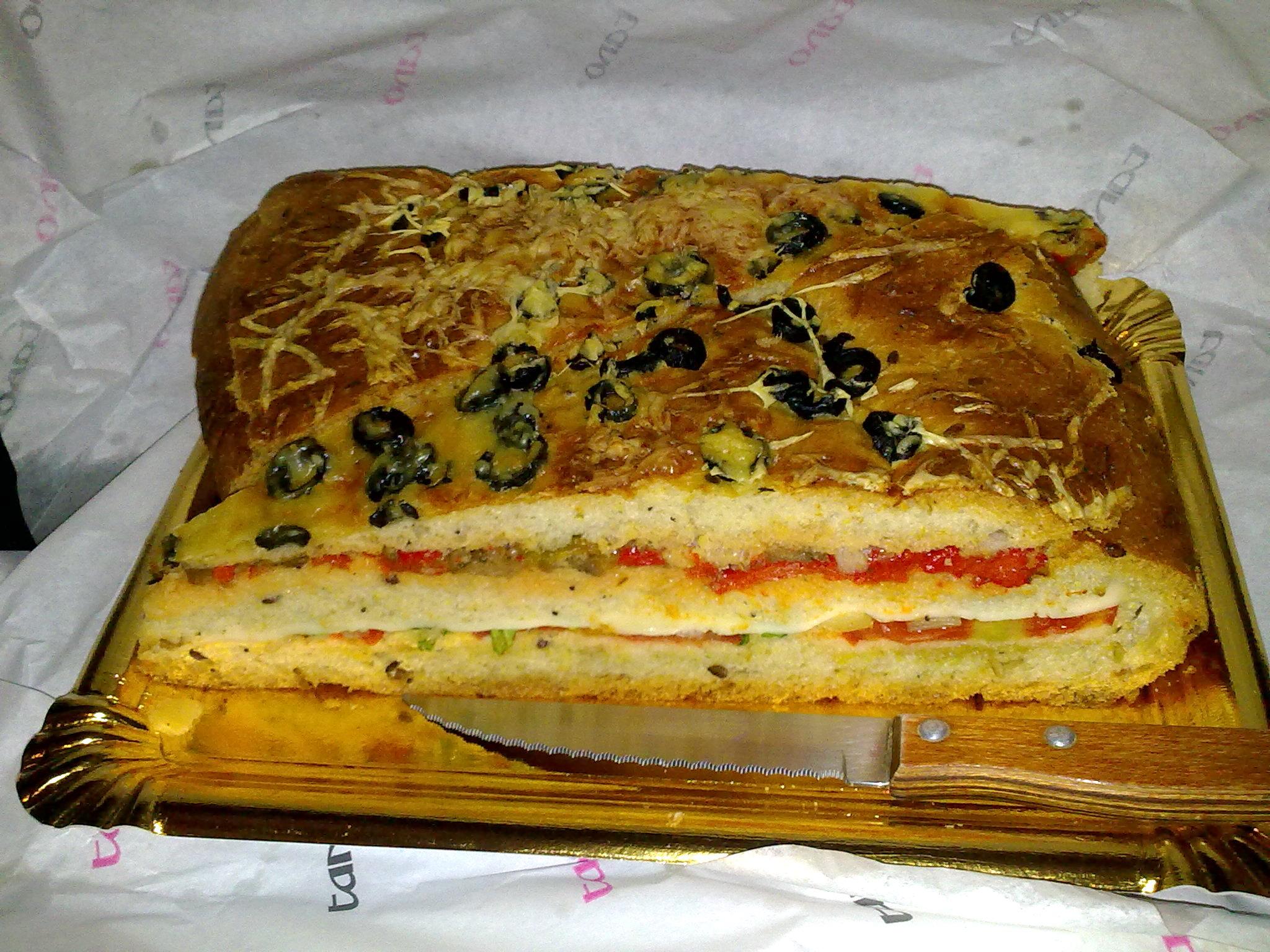 Empanada gratinada de pisto y ensalada