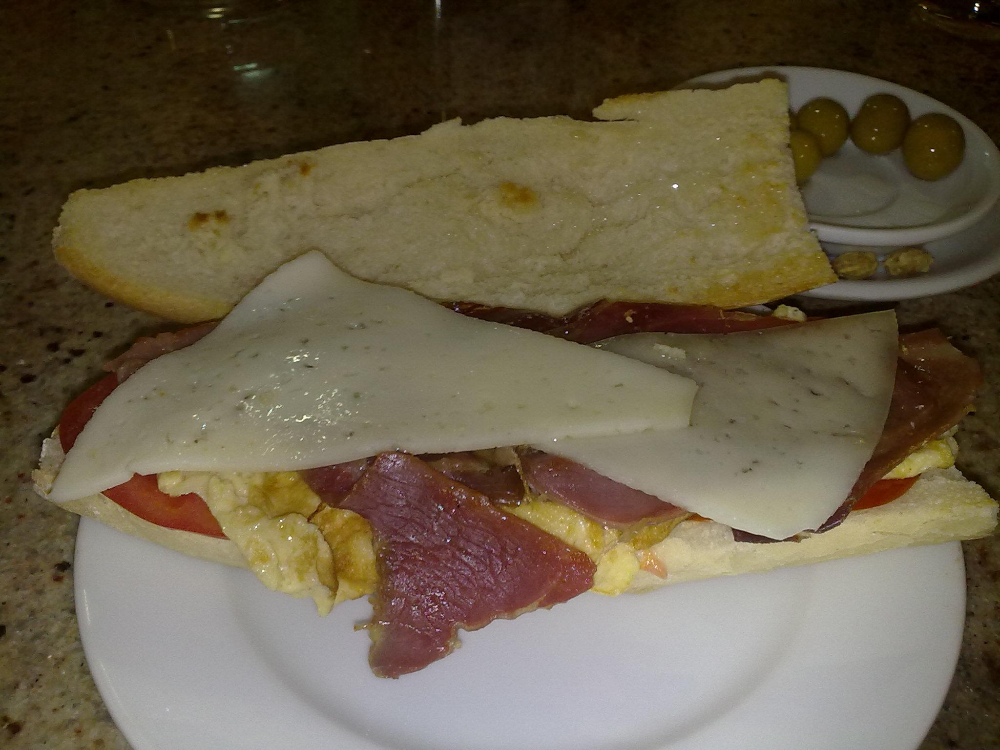 Bocadillo tortilla jamon