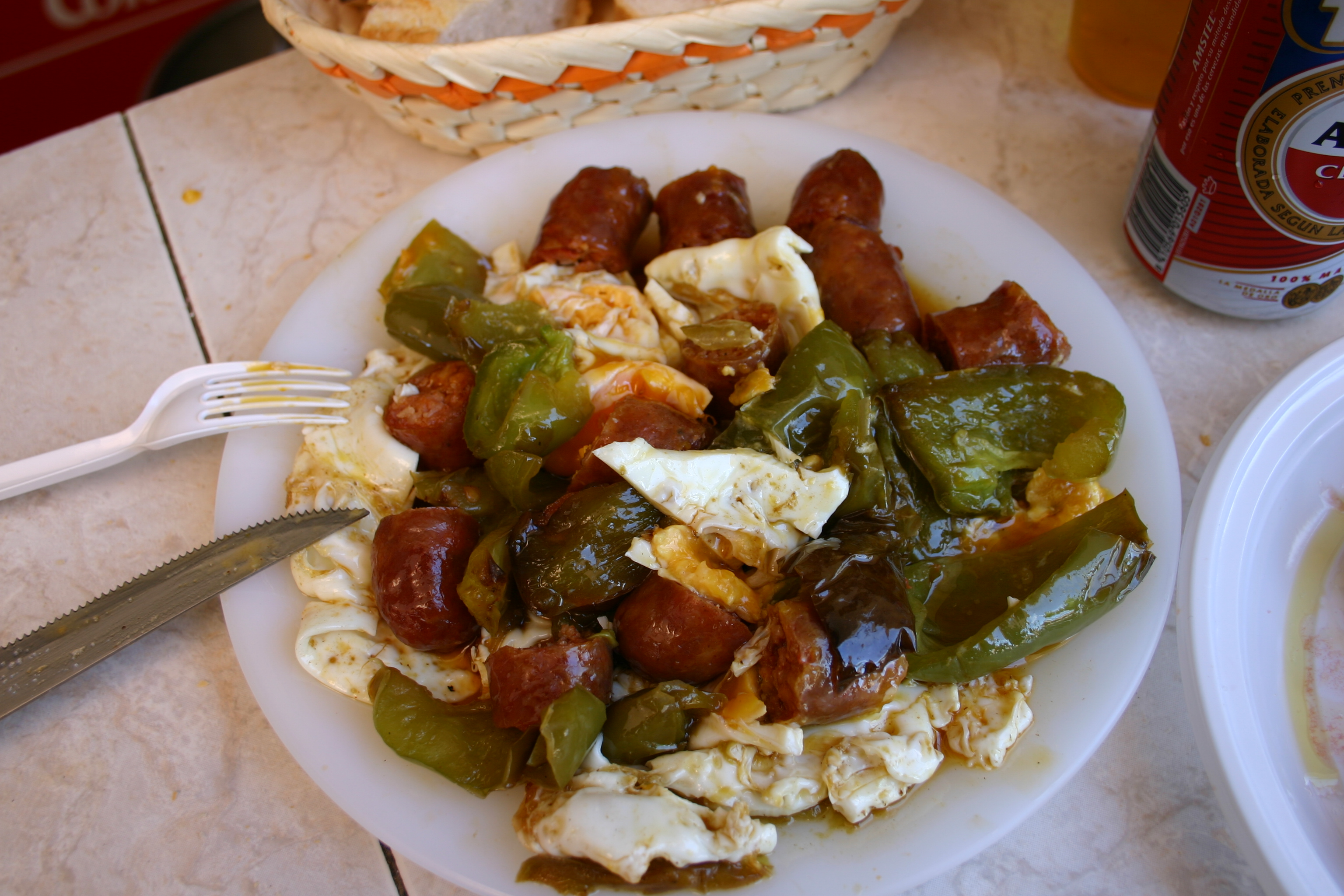 Huevos fritos con pimientos verdes y chorizo