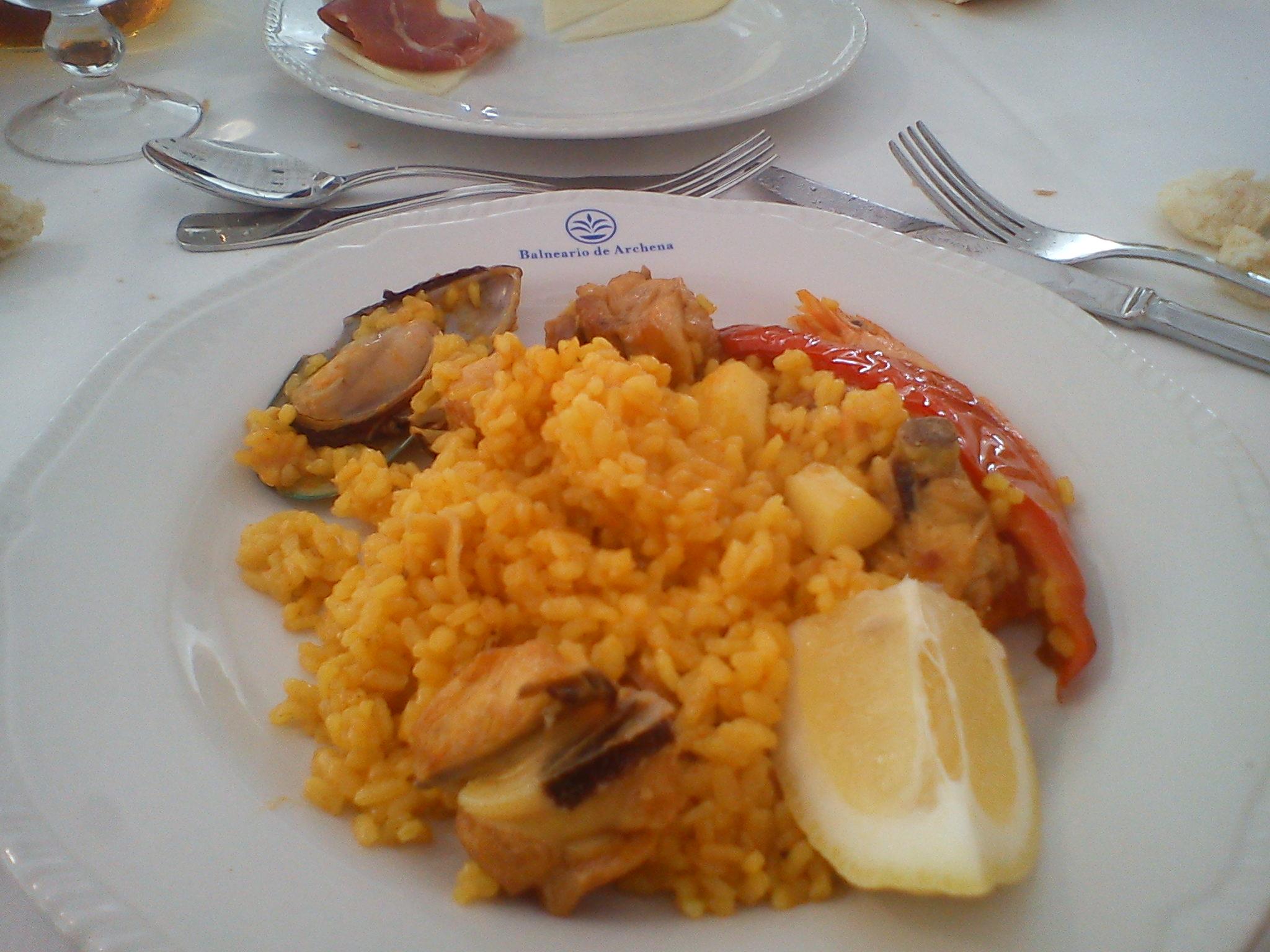 Paella de pollo con marisco