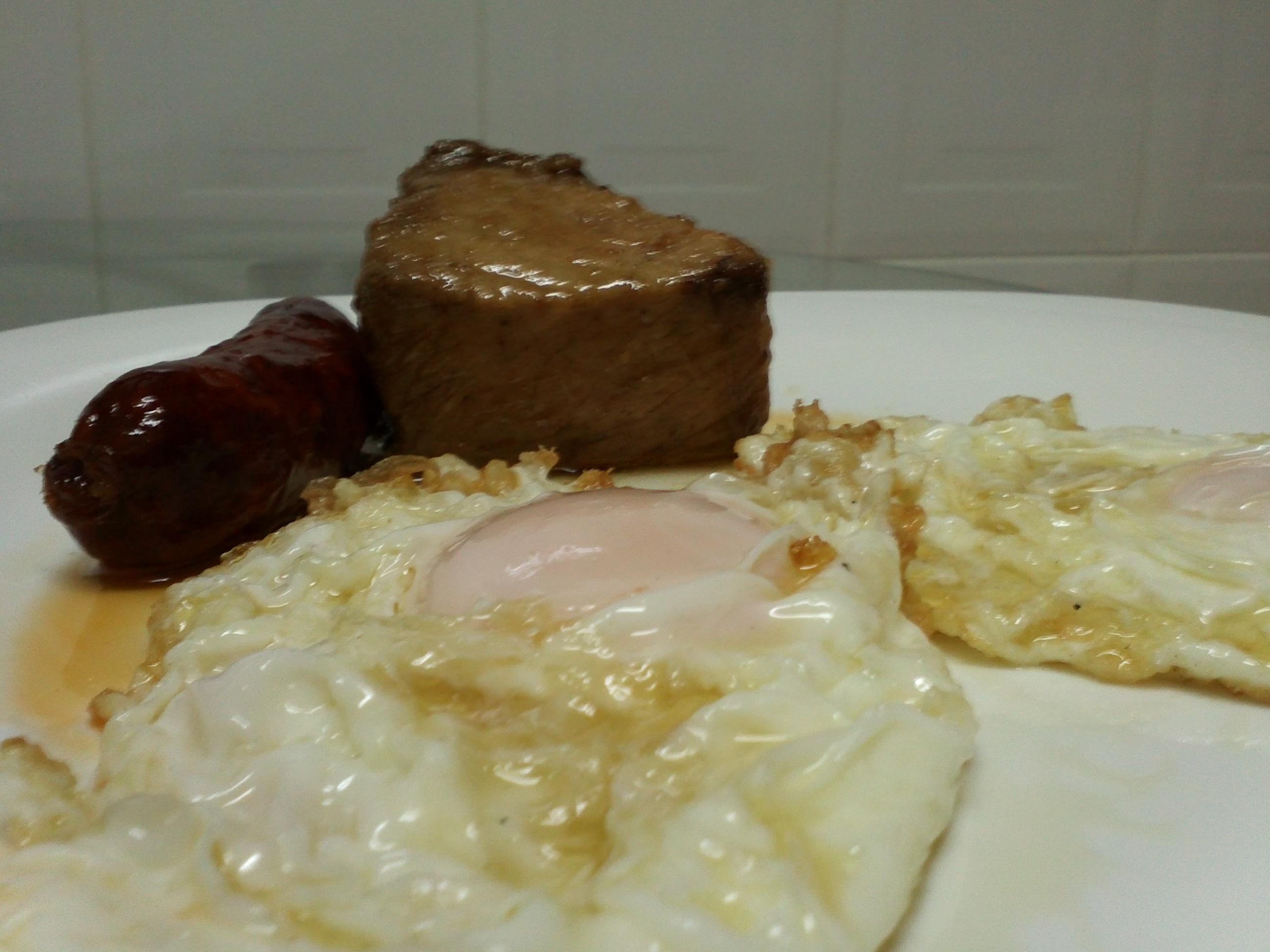 huevos fritos con lomo y chorizo de orza