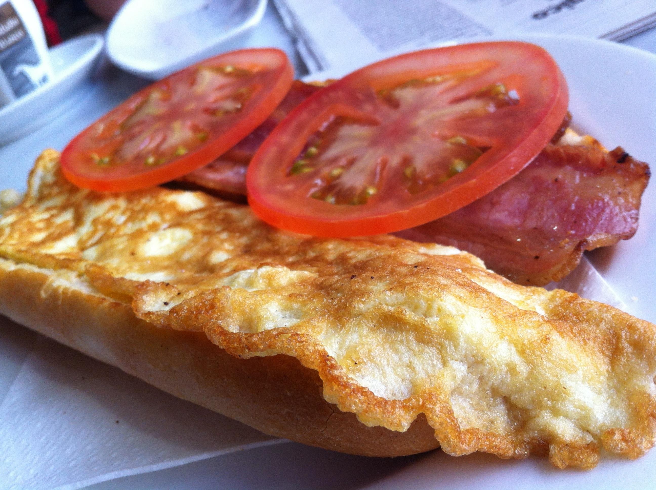 Tortilla francesa con baicon y tomate la boca agua lba for Guarras en la piscina